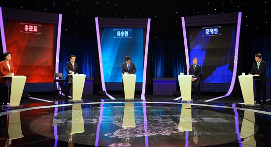 South Korean presidential candidates (from left) Sim Sang-jung, Hong Joon-pyo, Yoo Seung-min, Moon Jae-in and Ahn Cheol-soo participate in a TV debate for the May 9 election on Wednesday in Seoul. Photo: CFP