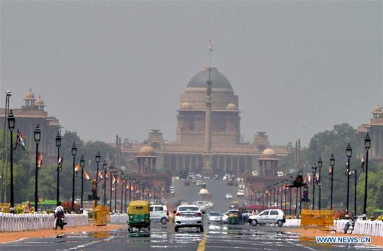 Mirage appears on the Rajpath over heated asphalt in New Delhi, India, April 20, 2017. Temperature rose to 43 degree centigrade Thursday in the capital city, indicating sustaining summer heat in north India. (Xinhua)