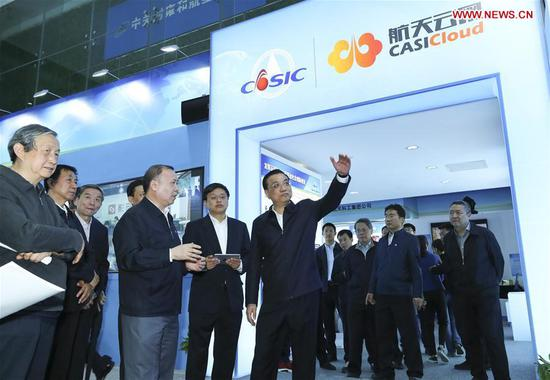 Chinese Premier Li Keqiang (C) inspects China Aerospace Science and Industry Corporation (CASIC) in Beijing, capital of China, April 27, 2017. (Xinhua/Xie Huanchi)
