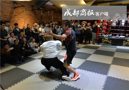 Photo shows the fight between Lei Lei and Xu Xiaodong.