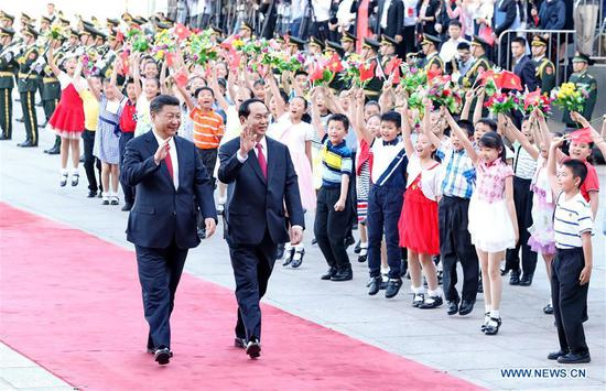 Chinese President Xi Jinping (L) holds a welcome ceremony for Vietnamese President Tran Dai Quang before their talks in Beijing, capital of China, May 11, 2017. (Xinhua/Ju Peng)