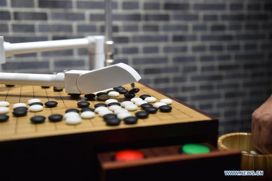 A robot plays go game, also known as Weiqi in Chinese, with a visitor during the fourth China Robot Summit in Yuyao, east China's Zhejiang Province, May 16, 2017. The two-day China Robot Summit, displaying a variety of artificial intelligence technologies and service robots, kicked off here on Tuesday. (Xinhua/Huang Zongzhi)
