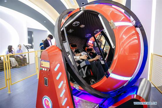 Visitors experience a virtual reality game during the fourth China Robot Summit in Yuyao, east China's Zhejiang Province, May 16, 2017. The two-day China Robot Summit, displaying a variety of artificial intelligence technologies and service robots, kicked off here on Tuesday. (Xinhua/Zhang Cheng)