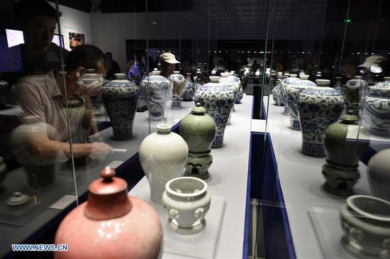 People watch porcelain wares displayed at the Shandong Museum in Jinan, capital of east China's Shandong Province, May 18, 2017. Thursday marks the International Museum Day. (Xinhua/Guo Xulei)