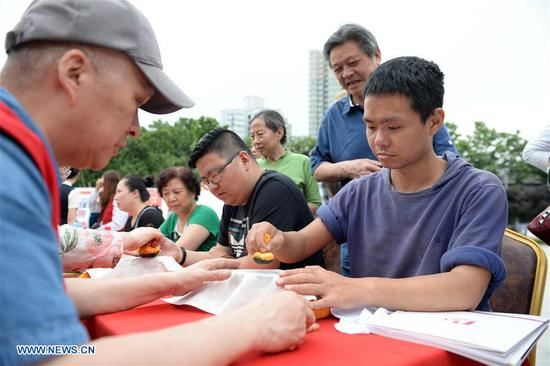 People take part in an activity at Shaanxi History Museum in Xi'an, capital of northwest China's Shaanxi Province, May 18, 2017. Thursday marks the International Museum Day. (Xinhua/Li Yibo)