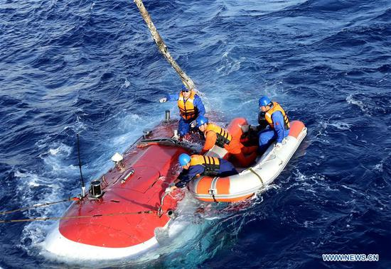 Frogmen unleash Jiaolong, China's manned submersible, for a dive in the Mariana Trench on May 25, 2017. Jiaolong conducted the second of its five dives in the third stage of China's 38th oceanic expedition on Thursday. (Xinhua/Liu Shiping)