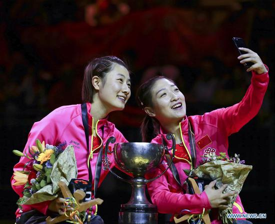 China's Ding Ning (L) and Liu Shiwen take a selfie during the awarding ceremony for women's doubles final match at the 2017 World Table Tennis Championships in Dusseldorf, Germany, on June 5, 2017. Ding Ning and Liu Shiwen won 4-3 to claim the title. (Xinhua/Luo Huanhuan)
