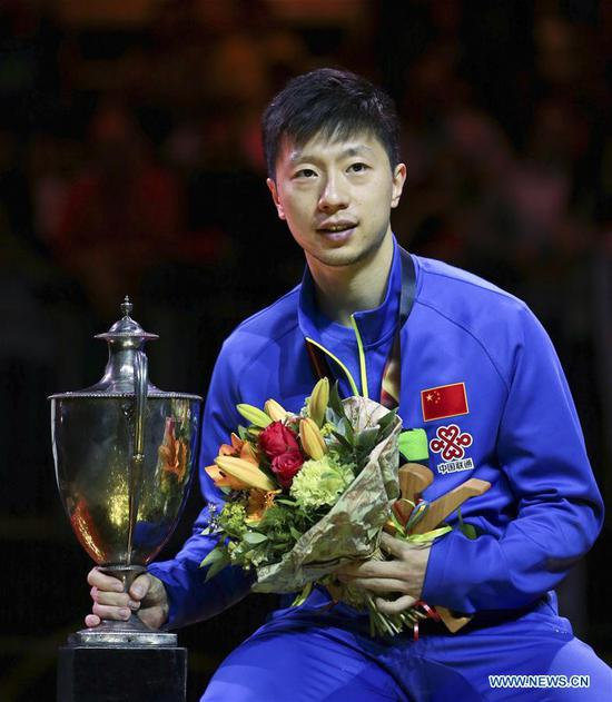 China's Ma Long poses for photos with the trophy during the awarding ceremony for men's singles final match at the 2017 World Table Tennis Championships in Dusseldorf, Germany, on June 5, 2017. Ma Long won 4-3 to claim the title. (Xinhua/Luo Huanhuan)