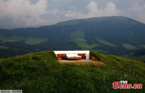 A view shows the bedroom of the Null-Stern-Hotel (Zero-star-hotel) land art installation by Swiss artists Frank and Patrik Riklin on an alp near Gonten, Switzerland June 1, 2017. Guests can order overnight stays in the Null-Stern-hotelroom with no walls and roof located on some 1,200 metres altitude in the eastern Swiss Alps.(Photo/Agencies)