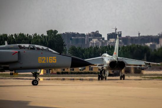 Two JH-7 fighter bombers attached to a brigade of the air force under the PLA Northern Theater Command taxi towards the runway during a flight training exercise in east China's Shandong Province. (Photo/eng.chinamil.com.cn)
