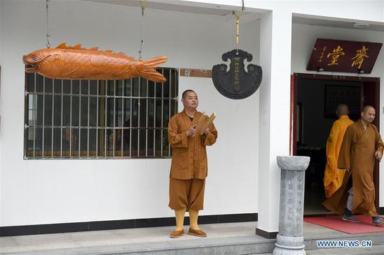 A monk calls his classmates to have lunch at Mount Jiuhua Buddha College, east China's Anhui Province, June 15, 2017. Mount Jiuhua Buddha College was founded in 1990. (Xinhua/Guo Chen)