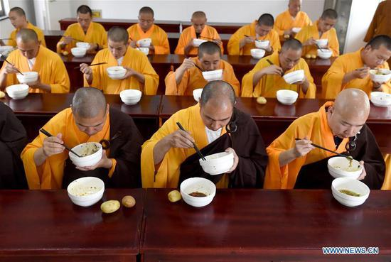 Monks have their lunch at Mount Jiuhua Buddha College, east China's Anhui Province, June 15, 2017. Mount Jiuhua Buddha College was founded in 1990. (Xinhua/Guo Chen)