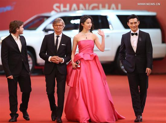 Actress Liu Yifei (2nd R) and actor Kevin Yan (1st R) attend the 20th Shanghai International Film Festival in Shanghai, east China, June 17, 2017. The 20th Shanghai International Film Festival kicked off here Saturday.(Xinhua/Ding Ting)