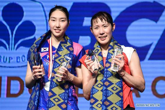Sato Sayaka of Japan (R) and Sung Ji Hyun of South Korea pose during the awarding ceremony after the women's singles final match at Indonesia Open 2017 in Jakarta, Indonesia, June 18, 2017. Sato Sayaka won 2-1 to claim the title. (Xinhua/Du Yu)