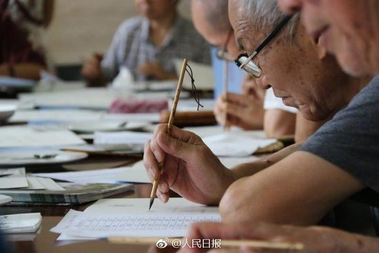 Starting on July 16, 2017, more than 20 former professors of Shaanxi Normal University will be writing individual acceptance letters with a brush for more than 4,500 freshmen. The whole process will take ten days. The college says handwriting is better at conveying deeply held feelings. Shaanxi Normal University has been using calligraphy to express emotions for the past eleven years. Unlike in the past, this year the school has also specially invited distinguished University alumni, famous calligrapher Zhong Mingshan and 2010 class alumni to participate in writing the acceptance letters for freshmen.(Photo/Weibo account of People's Daily)