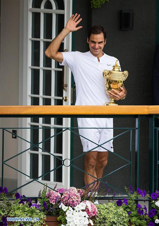 Roger Federer of Switzerland holds the trophy after he won the men's singles final match with Marin Cilic of Croatia at the Wimbledon Championships 2017 at Wimbledon, London, Britain on July 16, 2017. (Xinhua/Jin Yu)