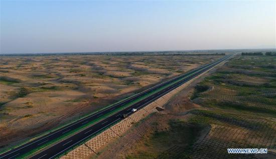 The photo taken on July 14, 2017 shows vehicles on a section of a freeway between Beijing and northwest China's Xinjiang Uygur Autonomous Region, in Bayan Nur City, north China's Inner Mongolia Autonomous Region. The total length of the expressways in Inner Mongolia has reached 6,000 kilometers so far. (Xinhua/Deng Hua)
