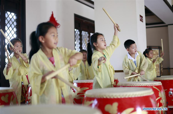 Kids learn drum dance of the Han Dynasty (202 B.C. to 220 A.D.) under teacher's direction in Hengshui City, north China's Hebei Province, July 19, 2017. (Xinhua/Zhu Xudong)