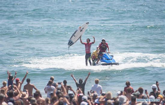 Kanoa Igarashi of the U.S. celebrates after winning the Men's 2017 U.S. Open of Surfing Final in Huntington Beach, California, Aug. 6, 2017. (Xinhua/Javier Rojas)