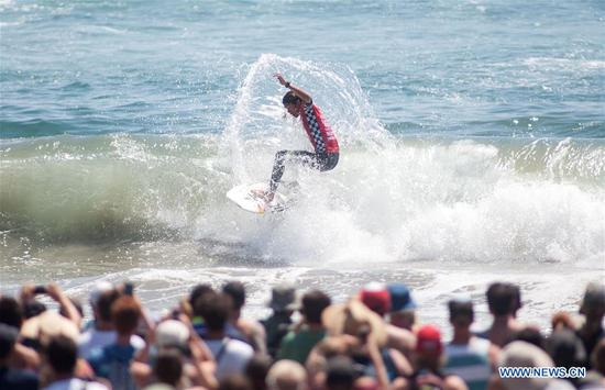Kanoa Igarashi of the U.S. competes during the Men's 2017 U.S. Open of Surfing Final in Huntington Beach, California, Aug. 6, 2017. (Xinhua/Javier Rojas)