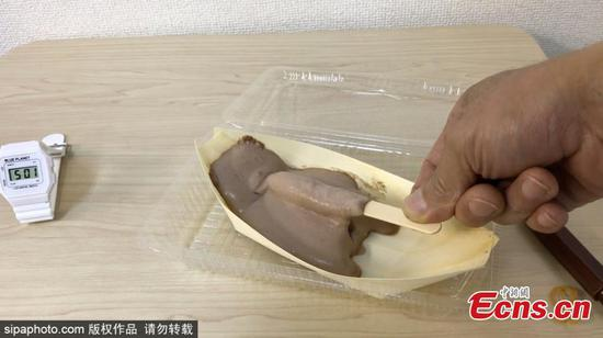 Japanese scientists have come up with a cool solution to stop ice cream melting before you've had time to finish it. The ice cream retains its original shape in 28°C weather and still tastes 'cool'. A strawberry extract stops the oil and water from separating so quickly which means the sweet treat stays frozen - even if you blow a hair dryer at them. These strange-looking deserts were first created by mistake by a pastry chef looking to make use of odd-shaped strawberries. (Photo/Sipachina)