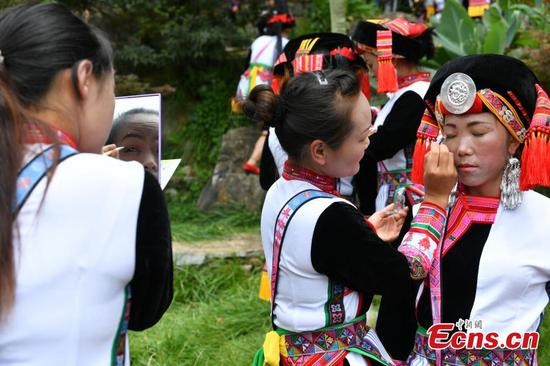 Performers prepare for a show during a folk festival of the Yi ethnic group in Mile City, Southwest China's Yunnan Province, Aug. 9, 2017. (Photo: China News Service/Ren Dong)