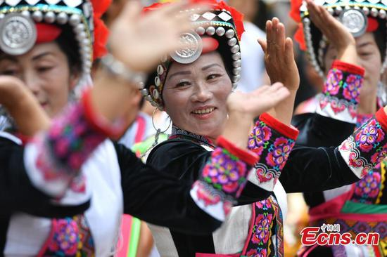 Performers dance during a folk festival of the Yi ethnic group in Mile City, Southwest China's Yunnan Province, Aug. 9, 2017. (Photo: China News Service/Ren Dong)