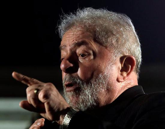 Former Brazilian President Luiz Inacio Lula da Silva gestures as he attends a protest against his conviction on corruption charges in Sao Paulo, Brazil July 20, 2017. [Photo/Agencies]