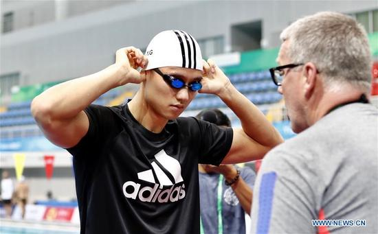 Ning Zetao (L) talks with coach before a training session during the 13th Chinese National Games in north China's Tianjin Municipality, Aug. 30, 2017. (Xinhua/Ding Xu)