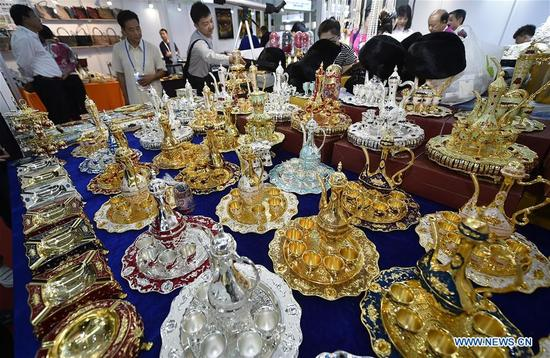 Visitors view handicrafts from Russia during the China-Arab States Expo in Yinchuan, capital of northwest China's Ningxia Hui Autonomous Region, Sept. 7, 2017. (Xinhua/Li Ran) (wyo)