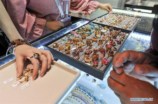 Visitors select jewelleries during the China-Arab States Expo in Yinchuan, capital of northwest China's Ningxia Hui Autonomous Region, Sept. 7, 2017. (Xinhua/Li Renzi) (wyo)