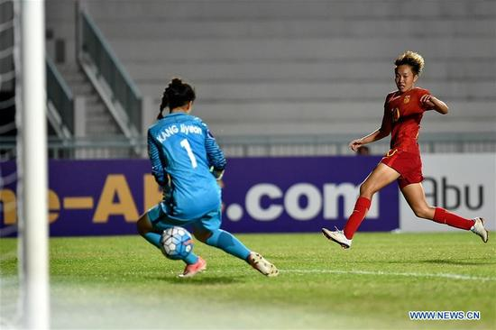 Tang Han (R) of China scores during the AFC U-16 Women's Championship 2017 Group A match against South Korea at Institute of Physical Education Stadium in Chonburi, Thailand, Sept. 10, 2017. The match ended with a 2-2 draw.(Xinhua/Li Mangmang)