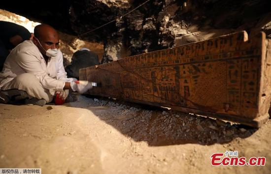 Egyptian antiquities worker brushes a coffin in a recently discovered tomb of Amenemhat, a goldsmith from the New Kingdom at the Draa Abu-el Naga necropolis near the Nile city of Luxor, south of Cairo, Egypt, September 9, 2017. (Photo/Agencies)