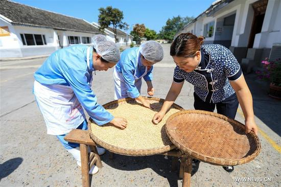 Li Hua (R) instructs her apprentices in material selection at a Chuanbeiliangfen restaurant in Nanchong, southwest China's Sichuan Province, Sept. 11, 2017. Li Hua, an inheritor of Chuanbeiliangfen, also called Clear Noodles in Chili Sauce, a provincial intangible cultural heritage in Sichuan, became attached with this special snack since she was 18 years old. Now Chuanbeiliangfen has become a famous brand. Thanks to Lanzhou-Chongqing railway, express highways and the Internet, Li has expanded her business to many provinces and cities in China. She hopes that her business would go abroad in the future. (Xinhua/Liu Chan)
