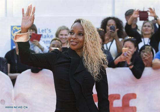 """Actress Mary J. Blige waves to fans at the international premiere of the film """"Mudbound"""" at Roy Thomson Hall during the 2017 Toronto International Film Festival in Toronto, Canada, Sept. 12, 2017. (Xinhua/Zou Zheng)"""