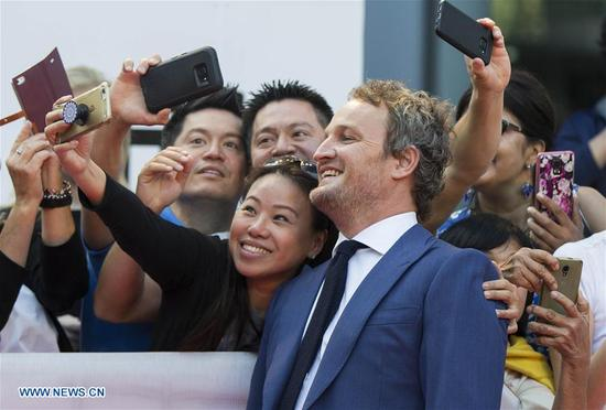 """Actor Jason Clarke poses for photographs with fans at the international premiere of the film """"Mudbound"""" at Roy Thomson Hall during the 2017 Toronto International Film Festival in Toronto, Canada, Sept. 12, 2017. (Xinhua/Zou Zheng)"""