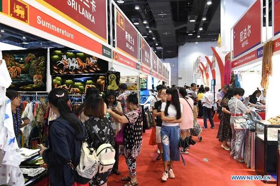 Visitors tour the exhibition area joined by exhibitors from countries along the Belt and Road during the 14th China-ASEAN Expo in Nanning, capital of south China's Guangxi Zhuang Autonomous Region, Sept. 13, 2017. The14th China-ASEAN Expo opened Tuesday, highlighting trade and investment among China, ASEAN and other countries along the Belt and Road. (Xinhua/Zhou Hua)