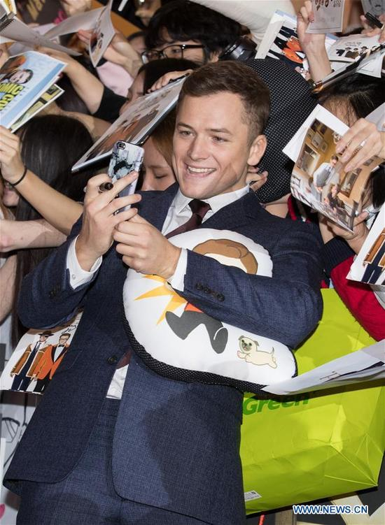 """Actor Taron Egerton takes selfies with fans during the red carpet event of the movie """"KING'S MAN:THE GOLDEN CIRCLE"""" in Seoul, South Korea, Sept. 20, 2017. The film will be released in South Korea on Sept. 27. (Xinhua/Lee Sang-ho)"""