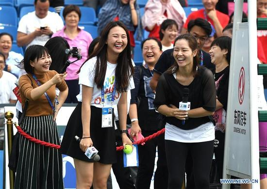 Chinese two-time Grand Slam champion Li Na (1st R, front) communicates with young tennis players during the 2017 WTA Wuhan Open Project event in Wuhan, capital of central China's Hubei Province, on Sept. 28, 2017. (Xinhua/Cheng Min)