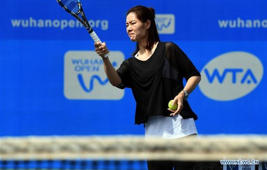 Chinese two-time Grand Slam champion Li Na shows tennis skills to young players during the 2017 WTA Wuhan Open Project event in Wuhan, capital of central China's Hubei Province, on Sept. 28, 2017. (Xinhua/Cheng Min)