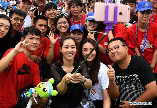 Chinese two-time Grand Slam champion Li Na (3rd R, front) takes selfie with young tennis players during the 2017 WTA Wuhan Open Project event in Wuhan, capital of central China's Hubei Province, on Sept. 28, 2017. (Xinhua/Cheng Min)