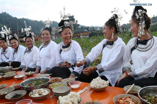 People of Dong ethnic group get together having a meal in Maogong Tonwship of Liping County, southwest China's Guizhou Province, Oct. 2, 2017. People find various ways to spend their National Day holidays, from Oct. 1 to Oct. 8 this year. (Xinhua/Yang Daifu)