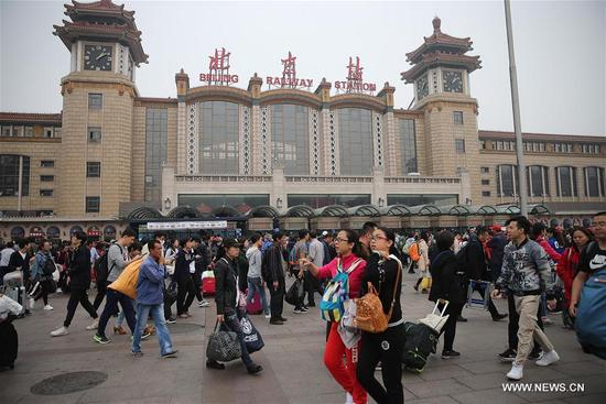 Passengers are seen in front of Beijing Railway Station in Beijing, capital of China, Oct. 7, 2017. As the National Day holiday draws to its end, Beijing greets a large number of passengers back to work and college. (Xinhua/Guo Junfeng)