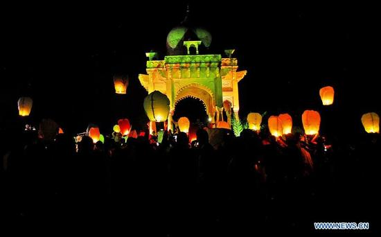 People release sky lanterns to mark the 12th anniversary of the devastating 2005 earthquake, in Islamabad, capital of Pakistan, on Oct. 8, 2017. Pakistan was hit by a 7.6-magnitude earthquake on Oct. 8, 2005, which left more than 73,000 people dead and about 3.5 million others homeless. (Xinhua/Saadia Seher)