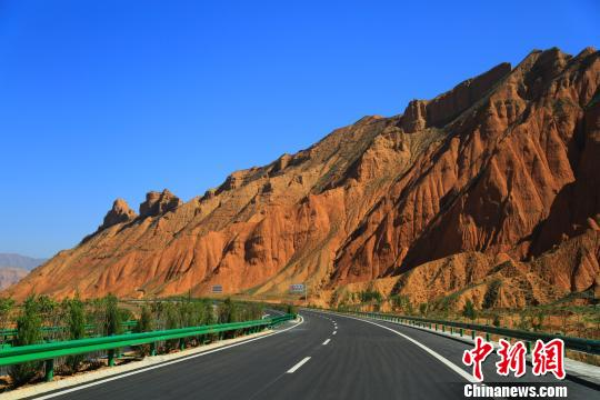 The photo taken on Oct.8, 2017 shows a section of a freeway between Xunhun and Longwuxia in northwestern China's Qinghai Province.