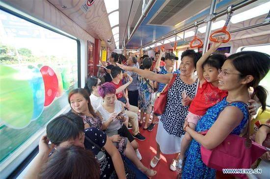 Citizens take subway line 1 in Xiamen in Xiamen, southeast China's Fujian Province, Oct. 11, 2017. It was the last day of the 6-day test operation of the subway line 1 that spans the sea in Xiamen. (Xinhua/Jiang Kehong)