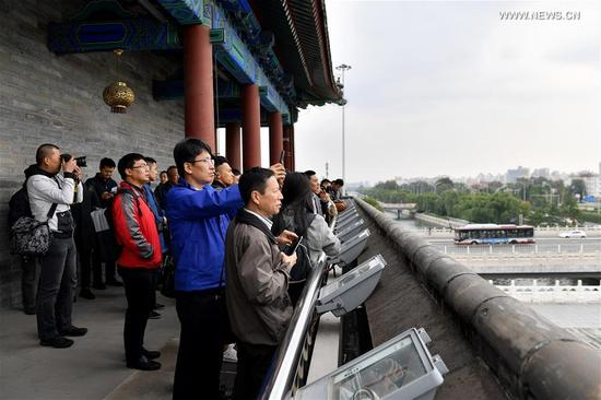 Journalists visit the Yongding Gate in Beijing, capital of China, Oct. 12, 2017. The Press Center of the 19th National Congress of the Communist Party of China (CPC) organized a reporting tour along the Central Axis of Beijing on Thursday. Chinese and foreign reporters visited scenic attractions such as the Jingshan Park, Yongding Gate and the Olympic Tower. (Xinhua/Li Xin)