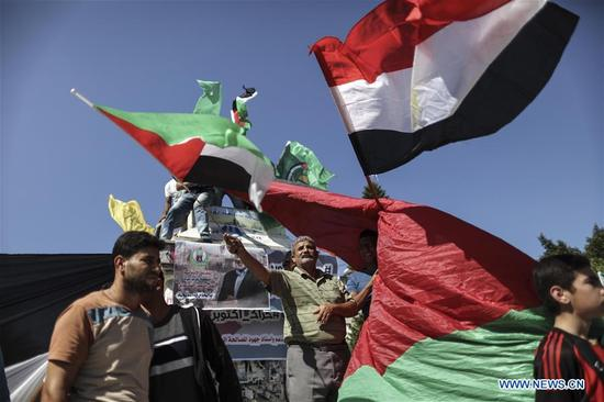 Palestinians celebrate after Palestinian rival movements Hamas and Fatah signed a reconciliation agreement following talks mediated by Egypt, in Gaza City, on Oct. 12, 2017. Palestinian rival movements Fatah and Hamas on Thursday signed a reconciliation agreement in a meeting in Cairo to end their long-time rift. (Xinhua/Wissam Nassar)