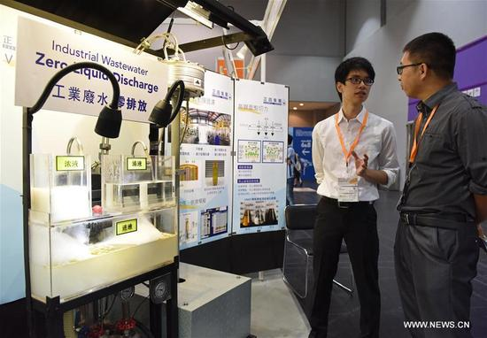 A visitor (1st R) listens to introduction of a waste water treatment device at the International Trade Fair on Environmental Protection in Hong Kong, south China, Oct. 26, 2017. The fair will be held from Oct. 26 to 29 at the AsiaWorld-Expo in Hong Kong, attracting about 340 exhibitors from 19 countries and regions. (Xinhua/Liu Yun)