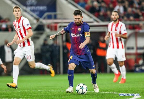 Lionel Messi (C) of Barcelona competes during the UEFA Champions League group D match between Olympiacos and Barcelona in Athens, Greece, on Oct. 31, 2017. The match ended with a 0-0 tie. (Xinhua/Lefteris Partsalis)